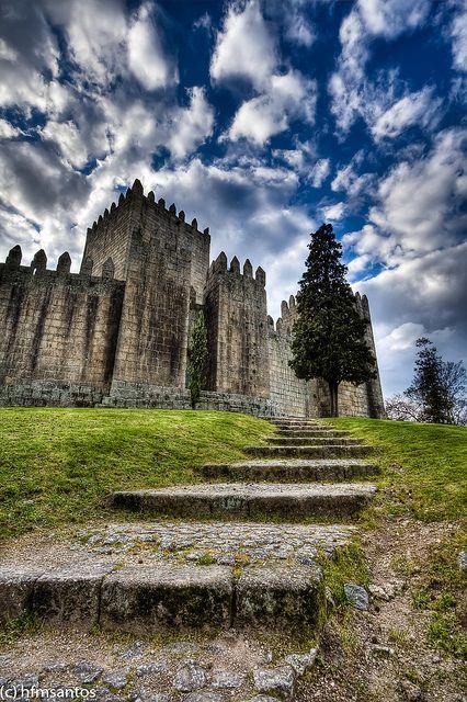 Castelo de Guimarães, Portugal by hfmsantos