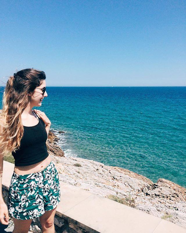 Ainda estou boba com o mar cristalino daqui! Tarragona - Spain - europe - girl - summer - outfit - sea - beach - mermaid - summer vibes - travel - wanderlust - espanha - dicas de viagem - praia - look - verão