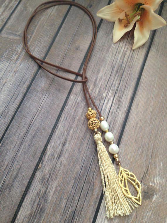 Lariat en gamuza revestida de cuero sintético con perlas de agua dulce. Hoka enchapada en oro. Granos dorados enchapados en oro y tasell doble tono. Para envíos internacionales agregue opción de envío: https://www.etsy.com/es/listing/496680732/enviamos-a-todo-el-mundo-envio?ref=shop_home_feat_1