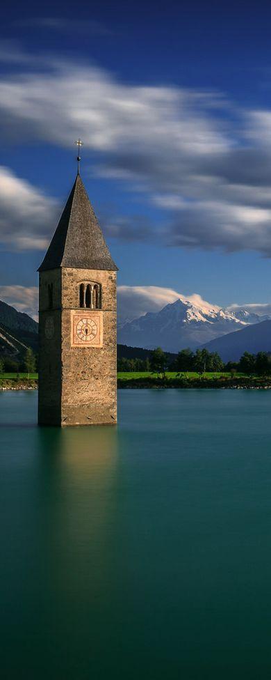 Kerktoren van Alt-Graun te vinden in Reschenmeer gelegen in de Zuid-Tiroolse gemeente Graun im Vinschgau, Italië.