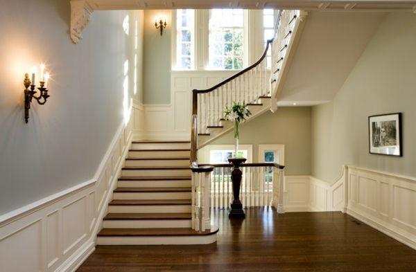 escalier demi tournant moderne en bois et des appliques murales de style ancien