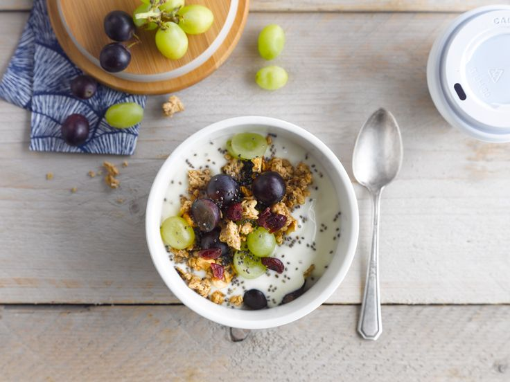 Begin je dag lekker met heerlijke Alpro Mild & Creamy Naturel Ongezoet, druiven en ontbijtgranen