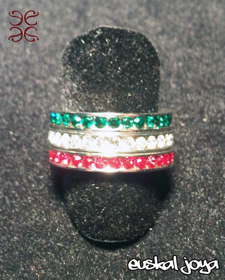 Tres anillos de acero independientes con cristales de tres colores, blanco, verde y rojo, simbolizan los colores de la Ikurriña. Puedes ponerte los tres, o combinar cada uno de ellos independientemente. El precio incluye los tres anillos.    También puedes recogerlo en nuestra tienda en Bilbao.    Venta exclusiva en Nagare Complementos.    Si deseas mas información sobre Euskal Joya puedes ponerte en contácto con nosotros a través de euskaljoya@gmail.com. P.V.P.: 25€