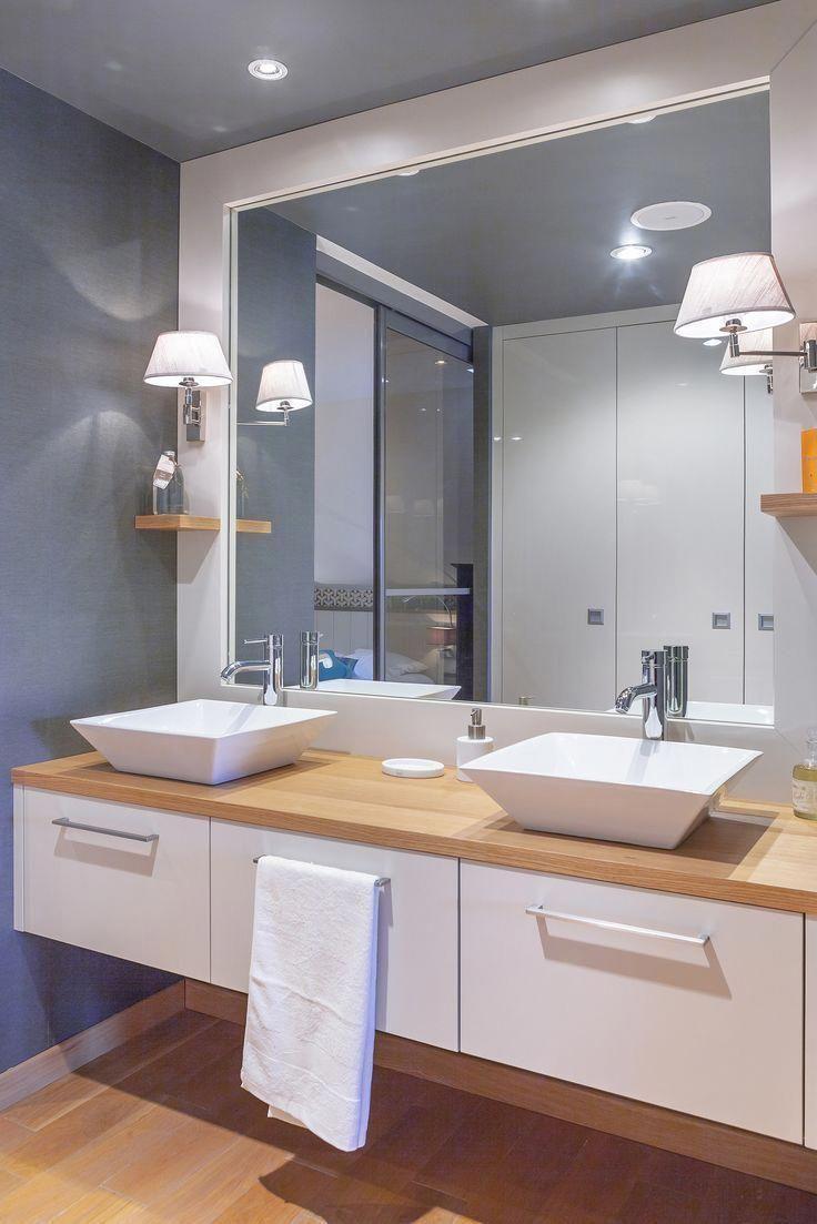 Aménagement de salle de bain sur-mesure, mélaminé lin et chêne