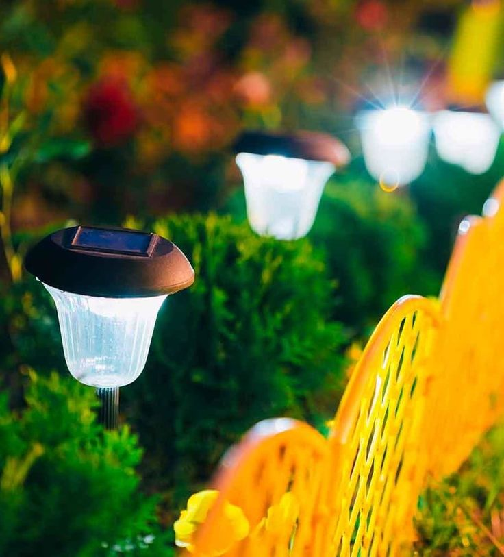 Lámparas de exterior | Ventas en Westwing. ENERGÍA SOLAR. Se trata de un sistema que aprovecha la luz solar para cargarse y mantenerse encendido durante la noche. Una forma ecológica de dar al jardín un nuevo toque decorativo y funcional.