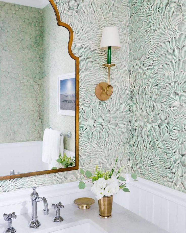 Puderraum Perfektion! Unsere #FeatherBloom bedruckte Sisaltapete von @celerie in Emerald & Ore ist so frisch und hübsch! 💚💚💚 #schustagram von…