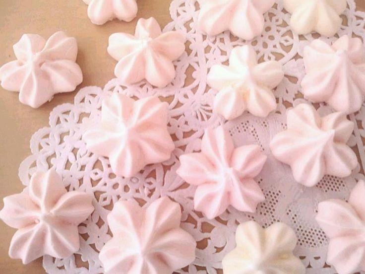 ピンクや白の、桜の形をしたメレンゲ。 桜の形のお菓子があればいつでも春気分。 和風パフェやケーキに飾ったり、お茶受けに。