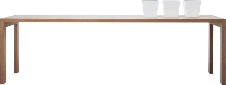 Tavolo in legno con struttura interna in acciaio. Finitura in rovere naturale o tinto wengè oppure laccato opaco o lucido nei colori di collezione.