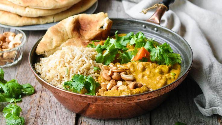 Denne enkle gryta passer perfekt nå som det begynner å bli kaldere ute. Den er proppfull av deilige, indiske smaker og er dessuten enkel å lage. Du må investere i en del krydder, men disse holder seg lenge i kjøkkenskapet og kan benyttes i mange forskjellige retter. Topp gryta med cashewnøtter og fersk koriander og server med ris og nanbrød om ønskelig.