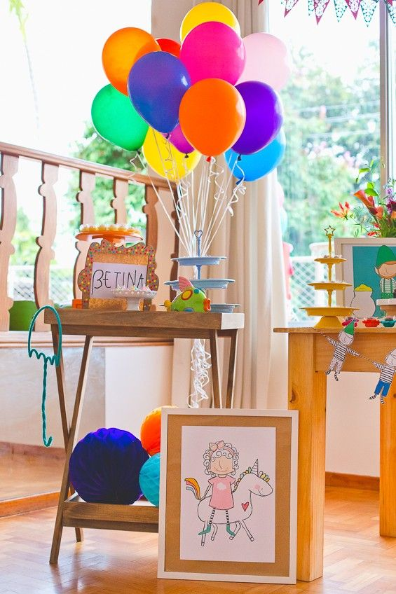 Balões da cor do arco-íris e o desenho gracioso de Betina montada em um unicórnio (Foto: Reprodução / Duorama Photography )