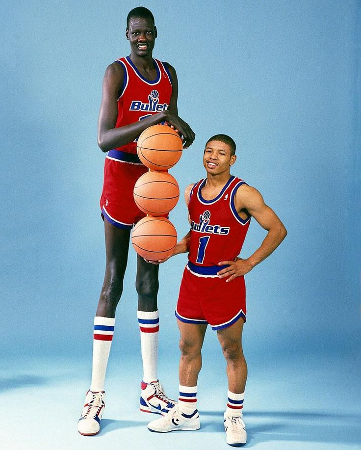 The NBA's Tallest and Shortest: Manute Bol (2.31 m) & Muggsy Bogues (1.60 m). Height Difference: 28 inches.