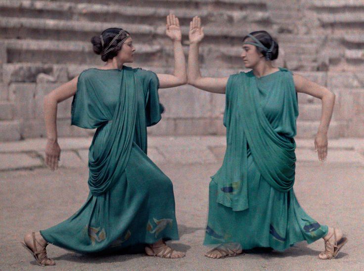 Delphic Celebrations, 1930. Autochrome photo by Meynard Owen Williams, National Geographic, December issue, 1930 (ASCSA, Gennadius Library, Philippos Dragoumis Papers). Click to enlarge. Notice the dolphin frieze on the hem of the garments.