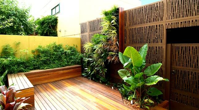 backyard ideas with wood pallets Vertical garden on the wood