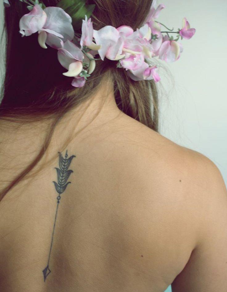 Idée tatouage : une flèche sur la colonne