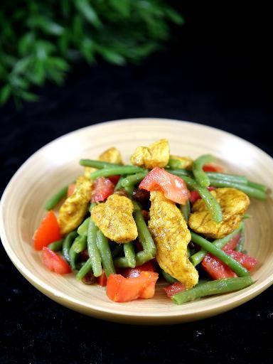 poivre, haricot vert, tomate, huile d'olive, curry, raisins secs, cannelle, yaourt nature, escalope de poulet