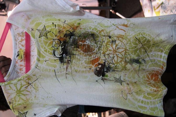 Krásné triko s potiskem pomocí razítek, šablon, barev ve spreji a dokreslování. Tyhle kurzy jsou opravdu moc hezké. Tady na té fotce to bohužel tak nevyniklo.
