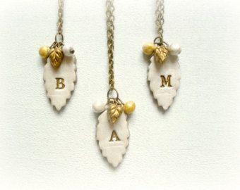 Hojas de invierno - collar porcelana fria personalizado inicial hojas blanco dorado oro perlado joyeria floral otoño damas de honor set