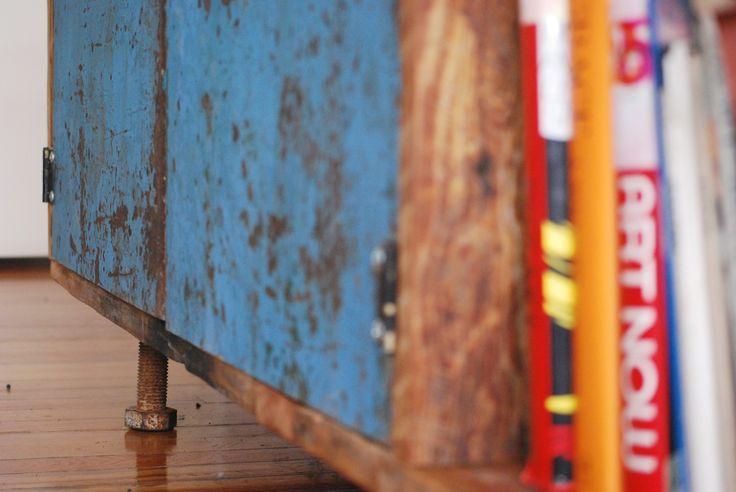 → N+G // Para la estructura de esta comoda usé unas tablas de pinotea recicladas de una fabrica de alcohol. A esa tabla le uní una alfajía de pinotea para ensanchar el mueble y que quedára de 40cm de profundidad. Para eso le arme tres compartimentos con puertas de chapa que saque de un chatarrero, a las que le soldé picaportes de diferentes puertas. Para las patas usé unos tornillos del estilo que se usaban en los durmientes de las vías de tren.  Medidas: 2,50 x 0,65 x 0,40