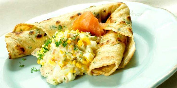 Pannekaker fylt med laks og egg - Gressløk og kruspersille setter både smak og farge på disse pannekakene som er fylt med en nydelig laks- og eggesalat med hakket dill.