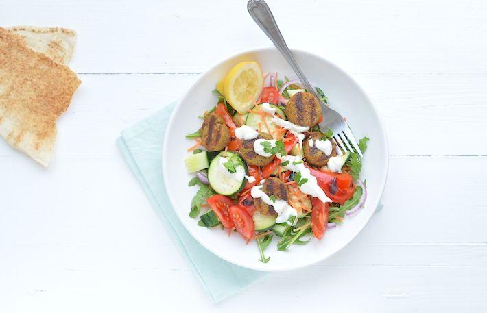 Superlekker en heel makkelijk recept voor een salade met falafel en romige tahin dressing. Yum!