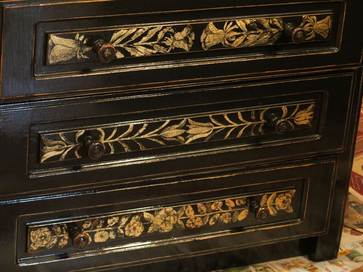dulap cu sertare. patina si decorare in schlagmetal gravat.detaliu.sertarele