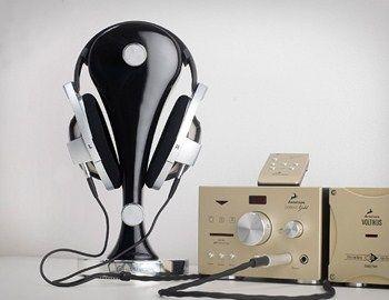 Για τους hifidelistas τα ακουστικά είναι σημαντικά όσο και ο καλός ενισχυτής. Η βάση Klutz Design CanCan είναι ένα ακριβό gadget για όσους ανήκουν στο κλαμπ. Φτιαγμένη στη Σουηδία από ατόφιο ξύλο, με σφαιρικό καμπυλωτό