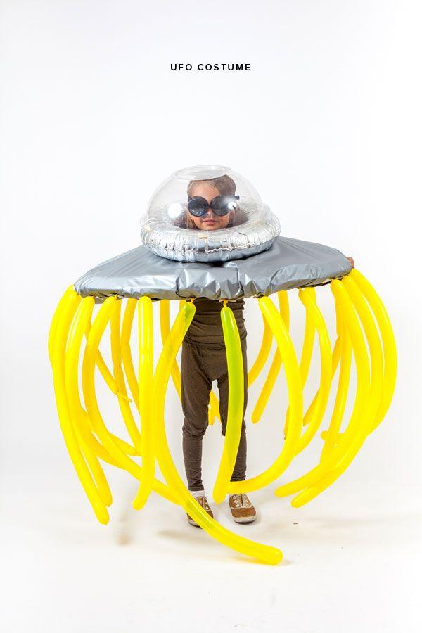 ¡Disfraz de nave extraterrestre! Para saber como hacerlo haz click en el link: http://ohhappyday.com/2014/10/ufo-costume/#more-28535
