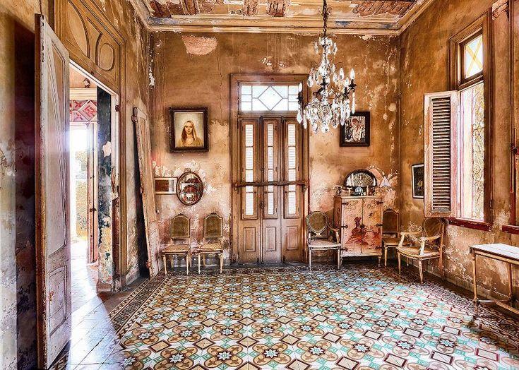 Bühne frei für alte Kronleuchter und hübsche Mosaikböden: Hier im Fefa-Haus sieht es fast so aus, als ob ein paar Habaneros eintreten und sich auf die freien Stühle setzen würden.