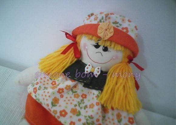 Boneca feita em tecido algodão <br>chapéu australiano, com aba virada <br>e fuxico, gola em feltro