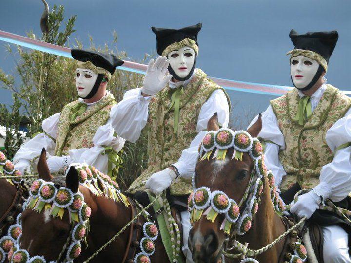 La pariglia, composta da tre cavalli e relativi cavalieri, indossa costumi tradizionali sardi.