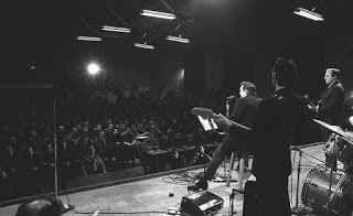 """Johnny Cash e la sua indimenticabile musica La prima cosa che salta all'occhio guardando una qualsiasi foto di Johnny Cash sono i suoi abiti scuri. Un dress code che gli è valso quell'appellativo di """"Man in Black"""" in grado di spiegare una volt #johnnycash #musica #canzoni"""