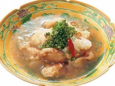 鈴木 登紀子さんの鶏もも肉を使った「鶏の煮おろし」のレシピページです。鶏肉に粉をはたいて焼き、だしでサッと煮て、大根おろしをきかせた一品。鶏やさばのなべ照りが残ったときのアレンジにもおすすめです。 材料: 鶏もも肉、大根、A、細ねぎ、かたくり粉、サラダ油