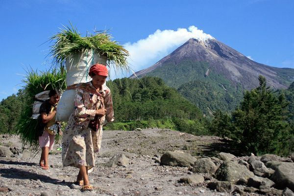 Google Image Result for http://images.nationalgeographic.com/wpf/media-live/photos/000/278/cache/mount-merapi-volcano-eruption-indonesia-baskets_27881_600x450.jpg