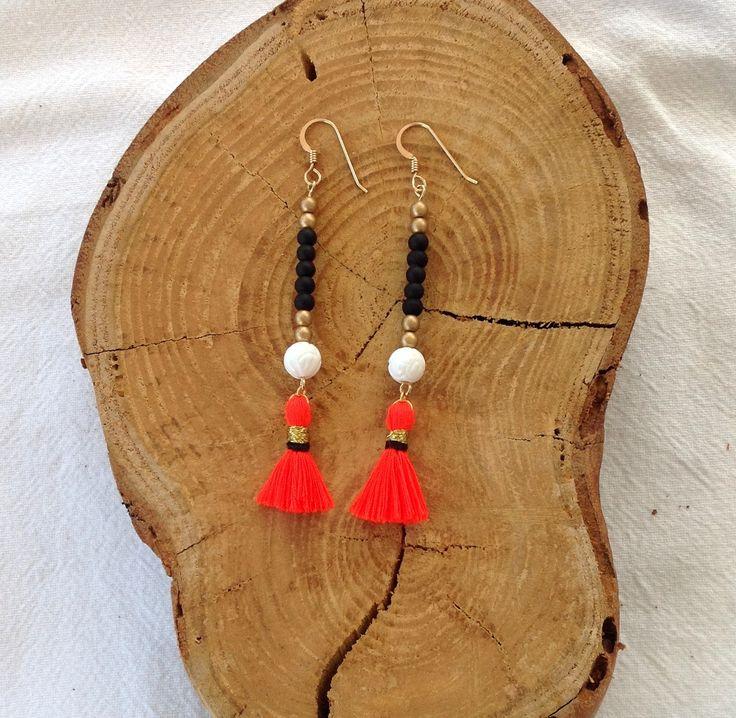 Boucles d'oreille Boheme à Pompons - Perles Noires et dorées et pompon Corail - Bijoux Hippie Chic : Boucles d'oreille par les-bijoux-de-pomponette