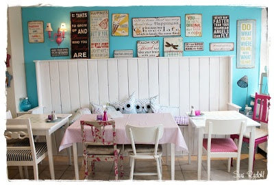 Blue wall in café - Café Savillas in Denmark -VELKOMMEN HOS INDRETNING MED FARVER.