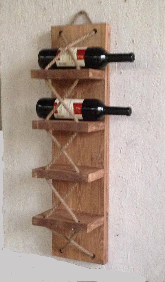 Dieses außergewöhnliche Weinregal bringt einen rustikalen und urigen Look in Ihre vier Wände. Ebenso gut geeignet auch als Handtuchhalter. Das Weinregal kann auch nach Ihren Wünschen individuell in anderen Größen oder Farben angefertigt werden. Auf der Rückseite sind zwei Aufhängeösen