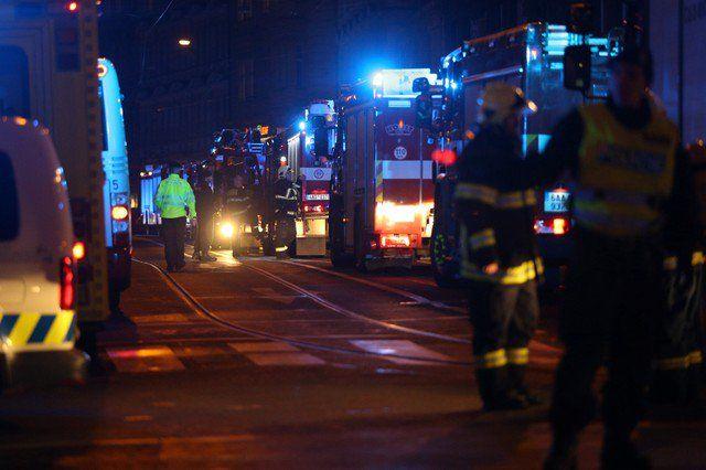 Se incendia hotel de Praga y se generan 2 victimas - Bomberos trabajan en la escena de un incendio en un hotel en Praga, República Checa, el 20 de enero de 2018. REUTERS/Milan Kammermayer PRAGA (Reuters) – Dos personas murieron y nueve resultaron heridas en un incendio en un hotel en el centro de Praga el sábado por la noche, dijeron f... - https://notiespartano.com/2018/01/21/se-incendia-hotel-praga-se-generan-2-victimas/