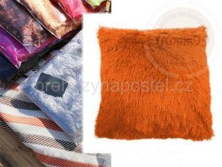 Moderní chlupatý povlak v oranžové barvě na polštář
