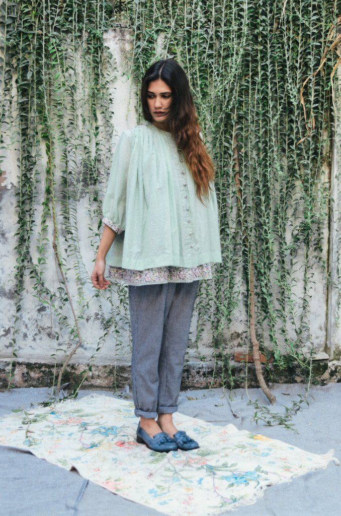 """The peasanttop is crafted fromcotton silk blend,with a contrasting floral printed inner layer. STYLE TIP:style the peasant top with old school denims or coordinate with our check peasant pants.DETAILS -Mint cotton silk + cotton printed lining-Loose 