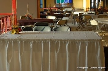 Table d'accueil et montage style banquet pour un groupe de 100 personnes.