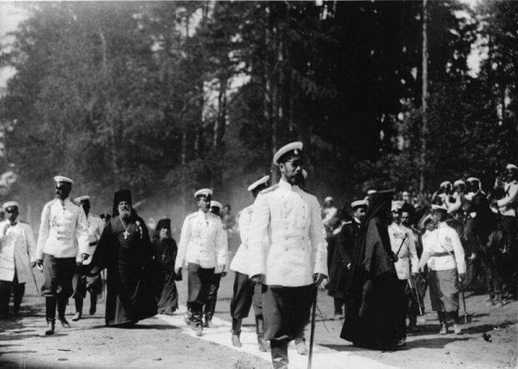Николай II со свитой на лесной дороге в Сарове. Дата съемки: 19 июля 1903. Государственный архив кинофотодокументов, г. Красногорск.