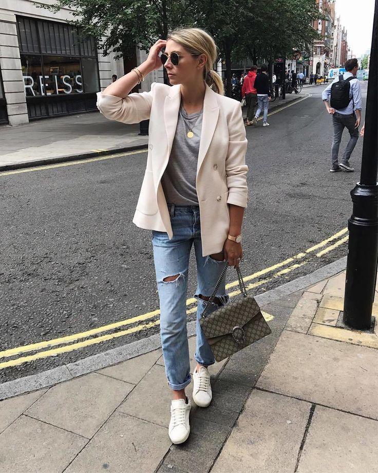 Quand les basiques se rassemblent pour former un #ootd ultra stylé...  #lookdujour #ldj #basics #streetstyle #denim #jeans #jacket #friday #casual #ootd #style #outfitinspo #regram  @emmahill
