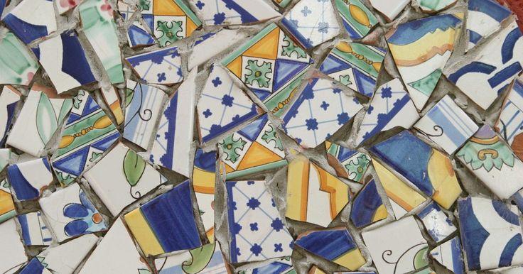 Cómo hacer un mosaico con fragmentos de cerámica. El mosaico es una forma de arte de la antigua Grecia que implica la unión de pequeñas piezas de vidrio o baldosas, conocidas como teselas, pegadas a una gran base para formar un diseño. Muchas personas usan trozos viejos de cerámica como teselas para sus mosaicos, debido a que la pieza parece más interesante. Los trozos de cerámica son filosos una ...