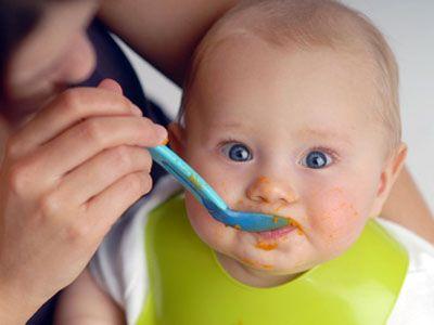 Lass es Dir schmecken, Baby! | Hier mal am Zwieback lutschen, da mal von Papas Himbeereis kosten oder von Mamas Kürbissuppe - das macht Babys nicht nur Spaß, es wappnet sie offenbar auch gegen Allergien. Wir haben für Dich das Wichtigste aus der aktuellen deutschen