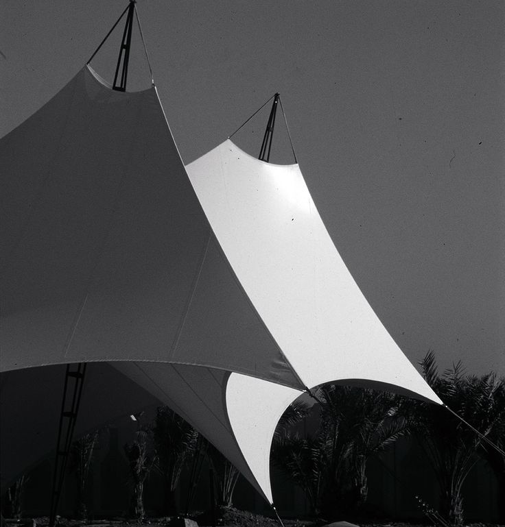 Three types of tent structures provide shade in a private park along the beach of Thuwal. Each tent in its purity of form and in its balance of lightness and elegance has a sculptural character.