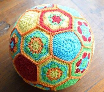 Zin om wat vrolijks te haken? Wat dacht je van deze African Flower kinder bal? Lekker vrolijk, zacht en met een belletje, dus leuk om in huis mee te spelen.
