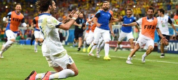 A görög válogatott egy hosszabbításban értékesített büntetővel 2-1-re legyőzte az elefántcsontparti csapatot a keddi, 3. fordulós mérkőzésén, így Kolumbia mögött másodikként továbbjutott a C csoportból.