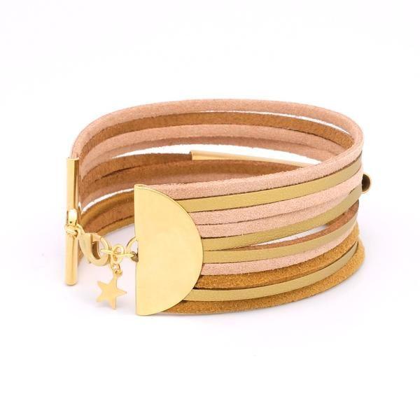 Un bracelet manchette tendance et ultra-féminin dans des tons nude et doré. Sobre, chic et contemporain, il se mariera avec toutes vos tenues. Ce bijou orné d'u