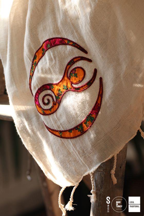 FRİGLER'DE ANA TANRIÇA MESELESİ Frigler'de Ana Tanrıça kabul edilen Kibele; analığı, üremeyi, dişiliği, hayatın sürmesini ve bereketi temsil eder. İşte 'Kibele' sembolü, işte doğurganlık Mesele'si.