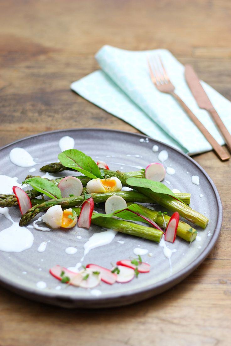 Een heerlijk lenterecept van Francesca vanFrancesca Kookt: geroosterde asperges met gemarineerde voorjaarsgroenten en citroen-geitenyoghurt. Een groot deel van dit gerecht kun je voorbereiden en klaarzetten in de koelkast. Op het laatste moment rooster je de asperges en pocheer je de kwarteleitjes. Voorbereiding: Maak de radijsjes en meiknolletjes schoon en snijd of rasp in hele dunne …